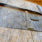 Stichsägenfenster mit Sehschlitz und Scharnierabdeckung
