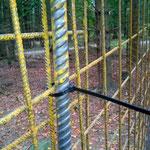 Die Mattensegmente werden mittels Kabelbinder (oder anderem Draht) an den Stahlpfosten befestigt