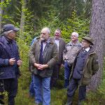Der jahrzehntelang zuständige Förster wolfgang Fuchs hier im Gespräch mit Klaus Schulz von der ANW. Neben Wolfgang Fuchs im Hintergrund Jagdvorsteher Bernhard Popp