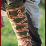 Praktisch und schick - statt den üblichen Wadenwickeln wird hier eine gewebte Borte um den unteren Teil des Beines geschlungen.