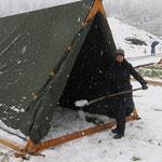 """""""Das kann man doch so nicht lassen!"""" - Ute Drews packt mit an und schaufelt das Zelt von Rafarta und Cathal flugs frei. DANKE!!!"""
