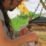Odinger macht traditionell Feuer: Zunderschwamm an den Feuerstein gepresst, mit dem Schlageisen einen Funken draufgeschlagen und angeblasen...