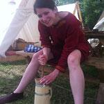 Und auch im Lager der Falkenklinge wurde geschuftet: Babsi und die Mädels butterten für eine ganze Kompanie. Was für ein Erlebnis!! ;-)