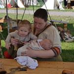 Elisa hat sich Sveas Baby geliehen und versucht sich schonmal in Kinderjonglage. Im Herbst ist es soweit! ;-)