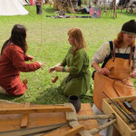 Und wieder kamen Leute aus anderen Lagern, um das alte Handwerk auszuprobieren: Tundeln...