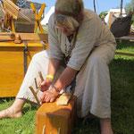 ....war unentwegt beim Holz bearbeiten. Schnitzen ist ihr Leben!