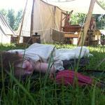 Die Tochter von Svea und Thorhal lässt sich auch von ihrem schmiedenden Vater im Hintergrund nicht stören...