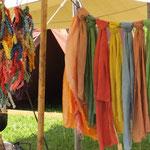 Von Solá pflanzengefärbte Seiden- und Wolltücher sowie Garne