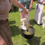 Zuerst werden die Hühner in ca. 65 Grad heißem Wasser gebrüht.