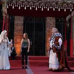 """Ein junges Mädchen """"aus dem Publikum"""" verdeutlicht das Alter, das die """"echte"""" Mathilde bei ihrer Hochzeit 1168 hatte (Foto: MindenMarketing)"""