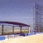野球の1塁側ベンチ。運動場の周囲と野球部分は水と空をイメージする青色、ソフトボール部分は土をイメージする焦茶色を使っています。  よく使われている緑色は、廻りの自然の緑にはかないませんので使っていません。