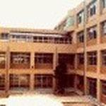 #堤が丘小学校(福岡)  RC4階建 当時、 片廊下型並列配置でない学校のプランを提案し完成しました。中庭の写 真。監理は市が行いますので色使いに考えの差がでてきています。