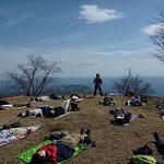 山ヨガの1シーン。登り切った後のシャバアーサナは至福。湯河原の城山、にて