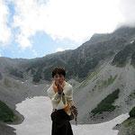 ガルーダアーサナ。岩肌の山間に見られそうな、ワシ、のポーズ