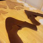 型紙を作り、革を裁断し、ふちを折ったところ