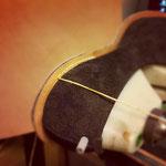 ステッチダウン。押しぶちと、底に貼った革でアッパーの革を挟んで、出し縫い