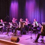 10-köpfiges Akkordeon-Orchester des Heimatvereins unter der Leitung von Sonja Tonn anlässlich der Mitgliederversammlung im Landhaus Greene.