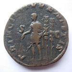 R/PRINCIPI IUVENTUTIS / SC  Maxime debt à g, un sceptre main droite, 1 haste transversale de la g ; derrière, 2 enseig milit .