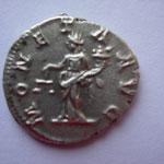 Revers: MONETA AVG En choisissant ce thème, Caracalla se pose en défenseur des institutions monétaires romaines, SUP/TTB+