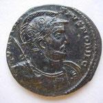 follis, Trêves 2e off 8.58 g, buste CASQUE, cuirassé, une haste main droite, Avers: CONSTAN-TIUS NOBIL C