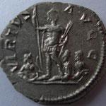 Revers: VIRTVS AVGG, TTB+, R2, Caracalla dbt, à ses pieds 2 dieux rivières et une déesse (Fortuna?)