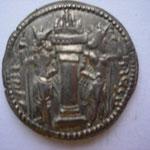 Revers:  Autel du feu entre le dieu Mithra à gauche et Sapor couronné à droite , SUP rare (R)