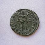Revers: VICTORIA AUGG, Victoire de face une couronne ds chaque main, le chrisme ds le champ, /-SIS, Siscia, TTB+