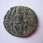 Revers:    CONCORDIA AVGG, Constantinople assise de face,  exergue absente, TTB+ jolie patine, très rare (RR)