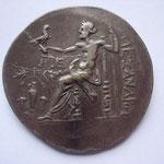 Zeus assis à g un aigle ds la main dr tendue et un sceptre long de la main g; dans le champ à g, un vase surm d'un cep de vigne
