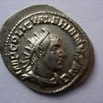 antoninien, Rome 253-254, 3.32 g, Avers:  IMP C P LIC VALERIANVS AVG  Au droit, c'est  le portrait d'Émilien qui est tjrs utilisé