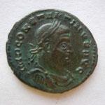 nummus, Avers: IMP CONSTANTINUS AUG buste lauré cuir et hab à droite