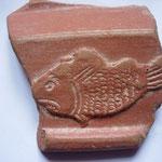 tesson de poterie sigillée à motif de poisson (motif chrétien) IVe - Ve siècle