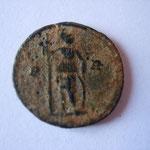 Revers: P-R (pour Populus Romanus: le peuple romain) empereur debout à droite. TTB très rare(RRR)