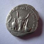 Revers: DESTINATO IMPERAT (destiné à l'empire) litvvs, apex, bucrâne, simpulvm, RR, TTB