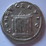 Revers: CONSECRATIO, grand autel à caissons, paré et allumé. TTB/TTB+  rare (R)