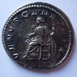 Revers: VENUS GENITRIX, Vénus drapée assise à gauche sur un siège, tenant un sceptre de la main gauche et tendant la main droite, TTB+