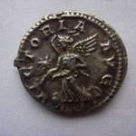 Revers: VICTORIA AUG, étoile dans le champ évoquant l'arrivée de la pierre noire à Rome