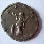 mains de la Piété très grandes, pas de lettre d'atelier en ex, je n'ai pas trouvé de correspondance de coins: antoninien inédit ?