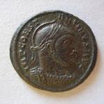 nummus, Avers: IMP CONST-ANTINUS AUG buste cuirassé casqué à droite