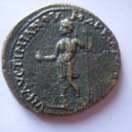 Revers: VHAVCTINIAMOV MARKIANOΠOAITΩN l'empereur debout à gauche, TTB