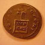 Revers:  IOVI V-ICTORI,  Jupiter sur un cippe, IMP / CES, TTB rare (R)