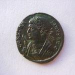 nummus, Avers: CONSTAN-TINUS AUG, buste consulaire avec la scipio main gauche, 3.51 g