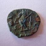 Laetitia debout de face regardant à gauche, tenant une couronne de la main droite et un gouvernailde la gauche, TTB