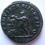 Revers: PONTIF TR P II COS II / S-C, l'empereur debout à gauche, casqué avec haste et bouclier devant un trophée, TTB rare