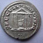 Revers: SAECVLLVM NOVVM / .. temple à 6 colonnes au milieu statue de Rome assise, SUP rare (R)