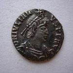 silique, Arles 3e off, 2.14 g, Avers: D N IVLIAN-VS P F AVG semble y avoir un monogramme au-dessus du portrait (celui