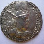 drachme, légende en pehlvi, A/  Buste du roi couronné à droite, surmonté d'un casque orné d'un disque solaire