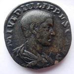 sesterce, Philippe II César, 17.72 g, Avers: M IUL PHILIPPUS CAES tête nue à drt,  TTB/TTB+ belle patine noire