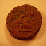 Revers: aigle entre 2 enseignes (vexilla) pour la légion II Traîana, TTB