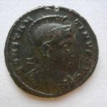 nummus, Avers : CONSTAN-TINUS AUG buste cuirassé à droite